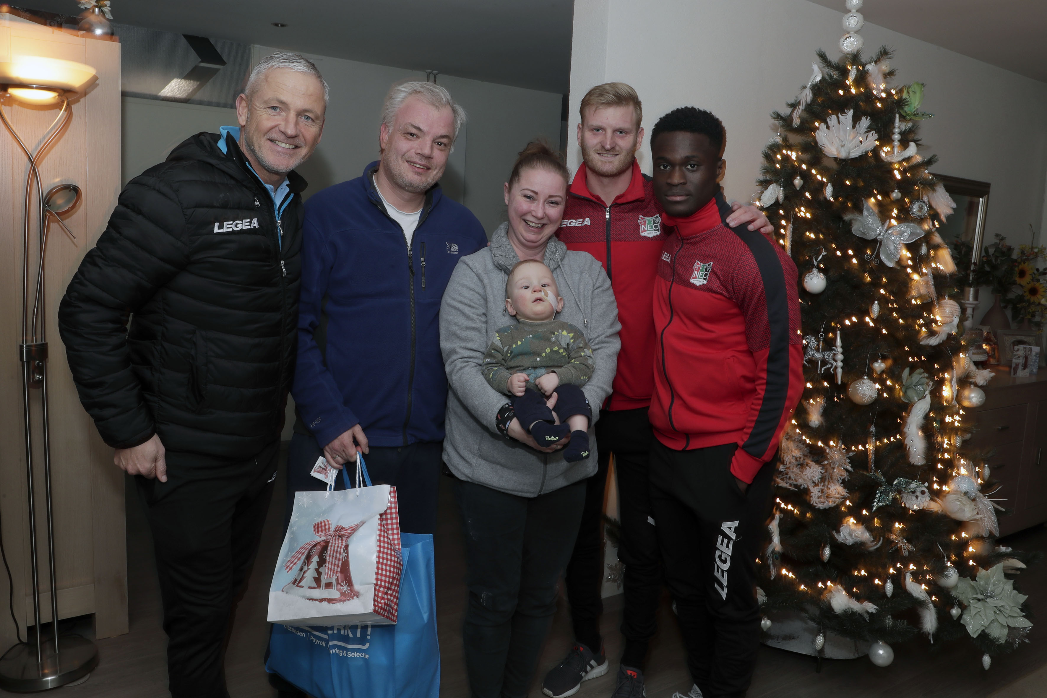 N.E.C. verrast supporters met kerstpakket